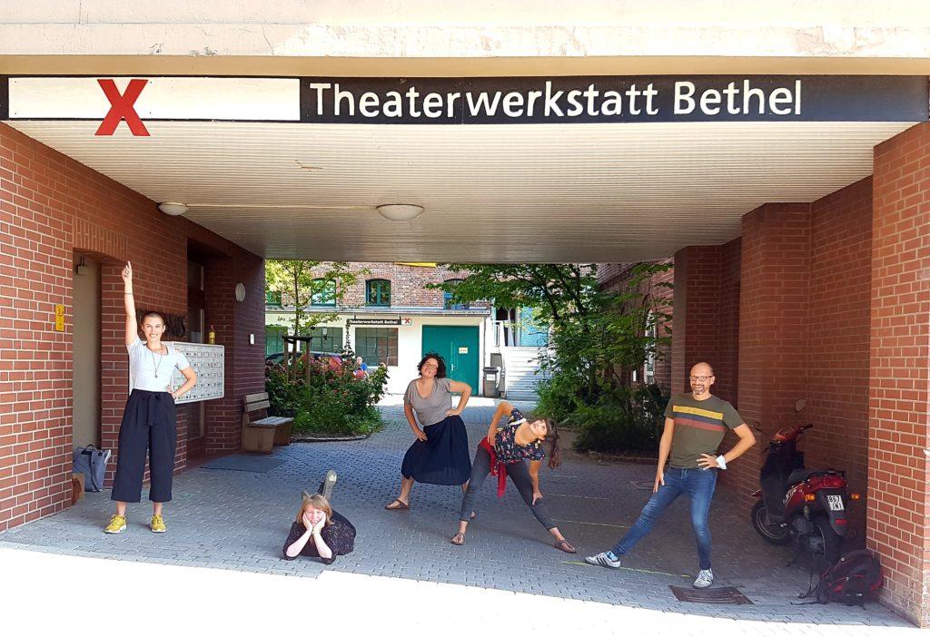 Foto der Workshop-Organisatoren vor der Theaterwerkstatt Bethel