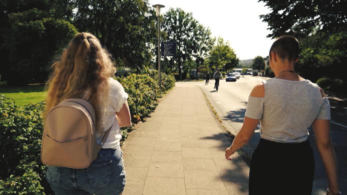 Bild von draußen laufender Virgenie Rusche und Elena Doudis