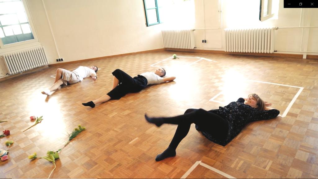 Foto aus dem Workshop mit drei auf dem Boden liegenden Frauen