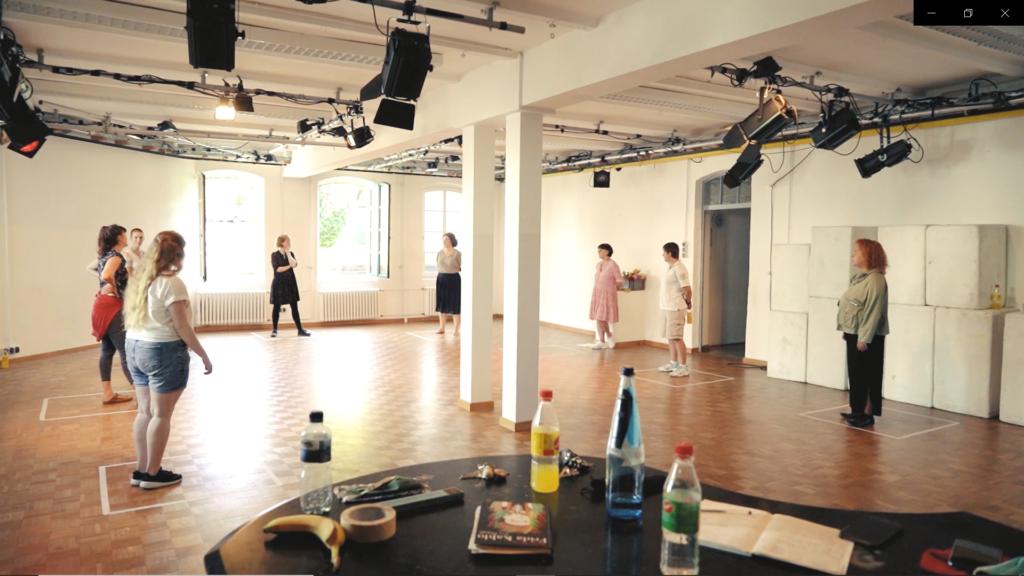 Foto vom Workshop, 8 Frauen stehen im Raum