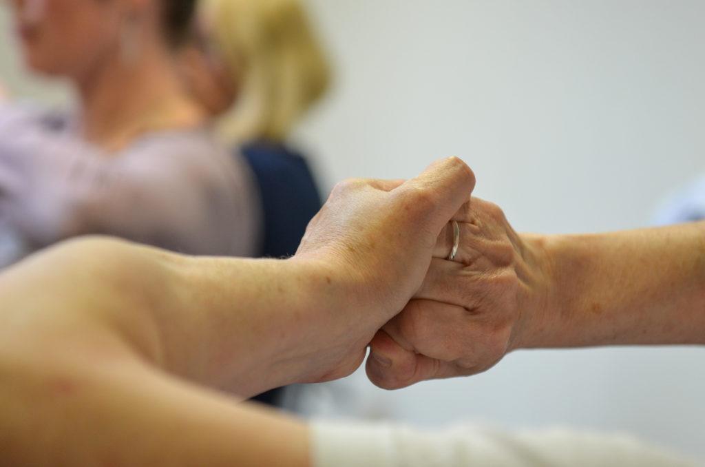 Bild von zwei ineinandergreifenden Händen