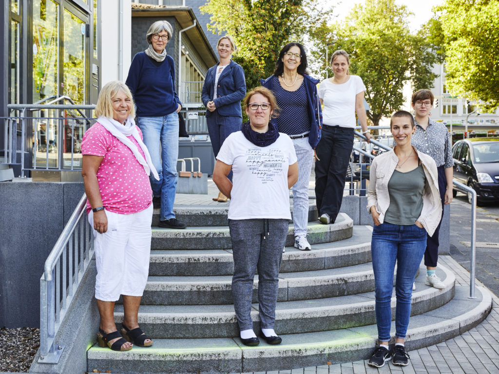 Bild der Frauen des NetzwerkBüros und Frau Doudis vor dem Netzwerkbüro