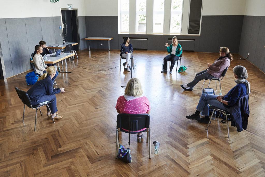 Sitzkreis der Frauen mit einem Mikrofon in der Mitte